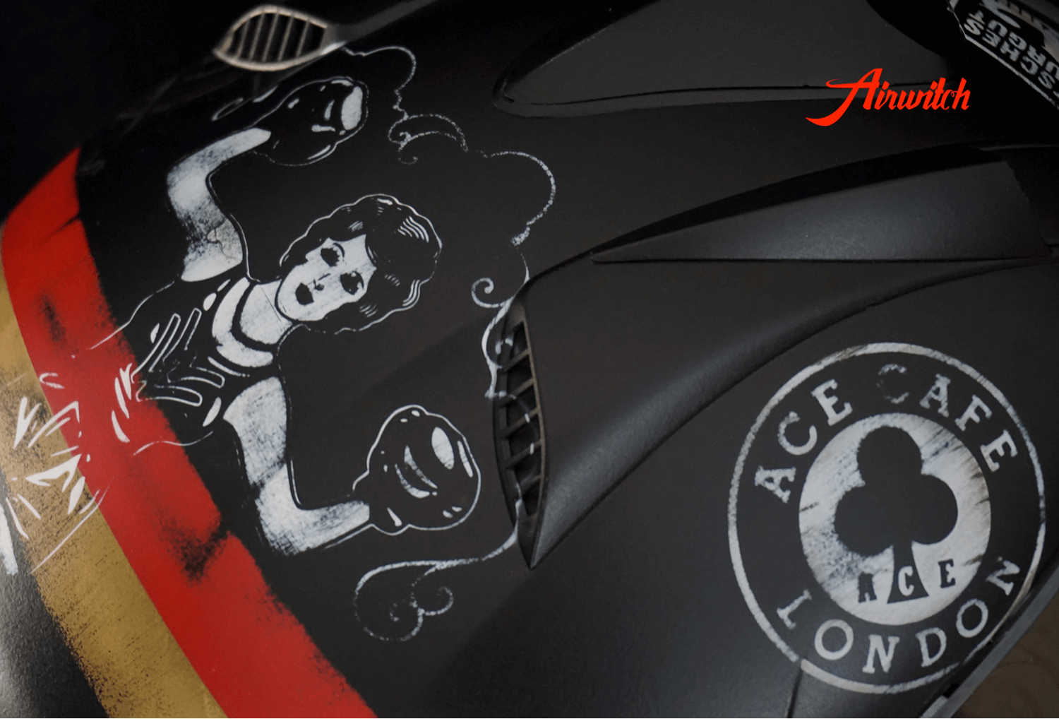 Custom Paint Helm Cafe Racer schwarz mit Airbrush im Retro Used Look