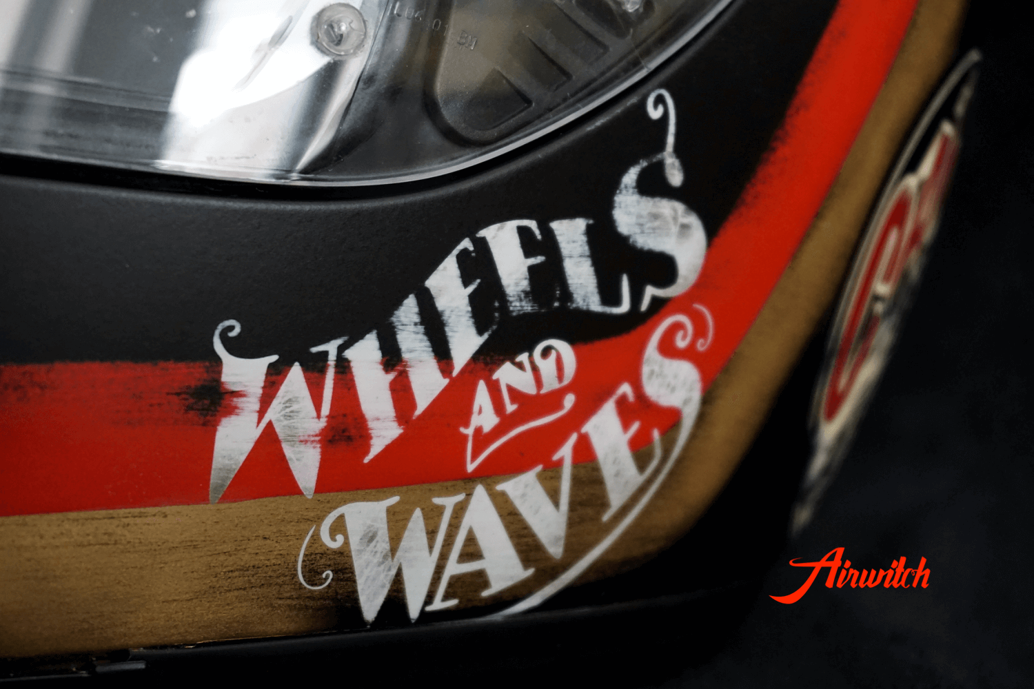 Wheels and Waves Logo im Used Look für BMW Cafe Racer Helm