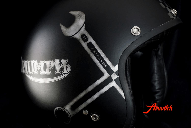 Custom Paint Helm Triumph Cafe Racer schwarz mit Zielflagge und Gabelschlüsseln