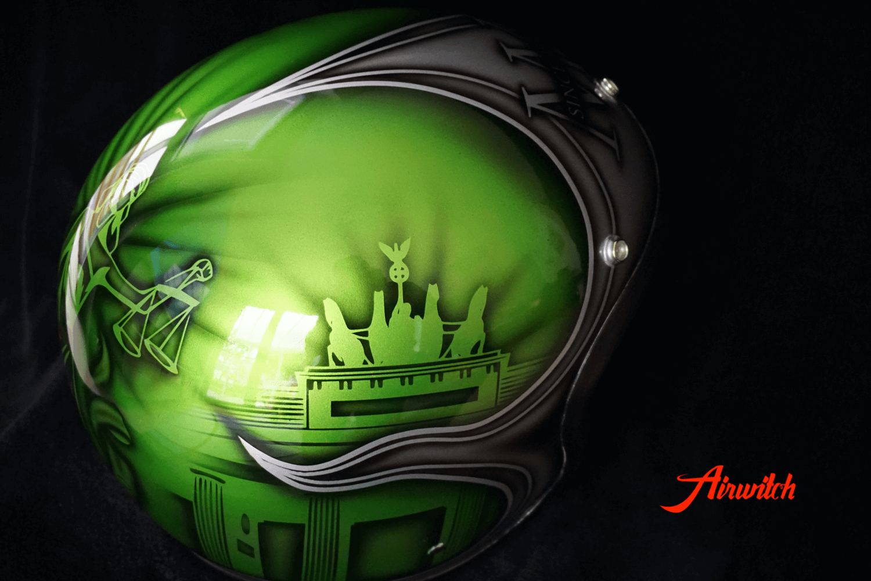 Custom Paint Helm mit Airbrush Berlin in grün und silber mit dem Brandenburger Tor und Justizia