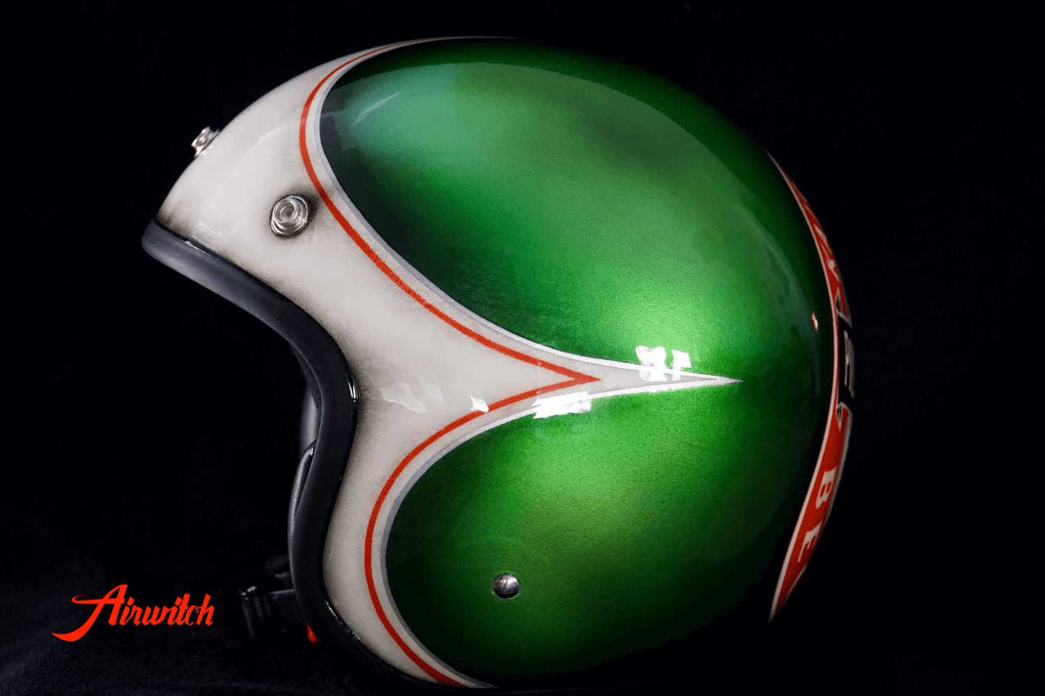 Custom Paint Helm mit Retro Used Airbrush und Bierettikett in Candygrün