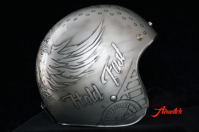 Helm mit Totenkopfdesign, Flügeln und Inschrift