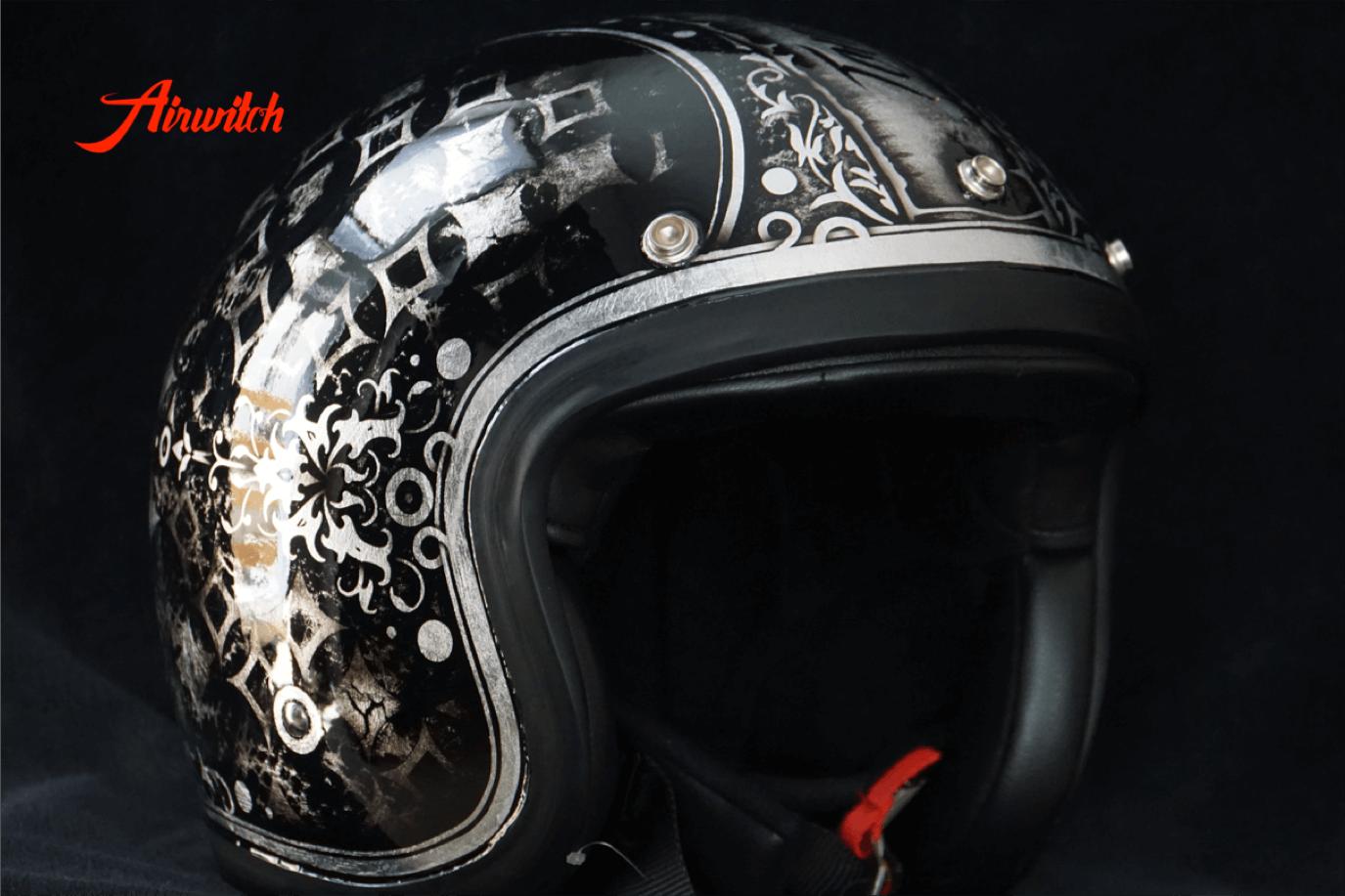 Helm mit Schriftrolle im Vintage Used Look mit Blattsilber und Ornamenten