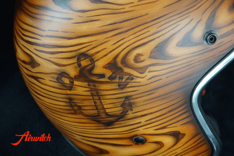 Custom Painting Helm mit Brandmal auf Holz und Tiki Airbrush