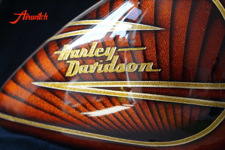 Luxus Lackierung Harley Davidson Tank mit goldenen Metalflakes und Blattgold