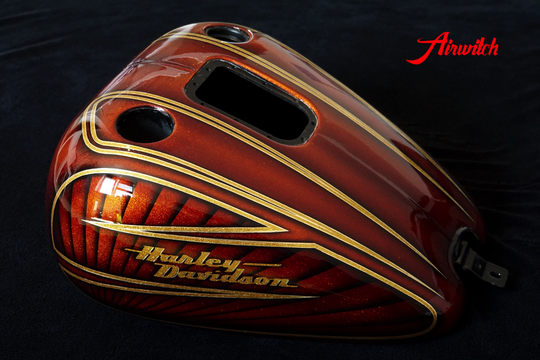 Luxus Custom Painting eines Harley Davidson Tank mit goldenen Metalflakes und Blattgold