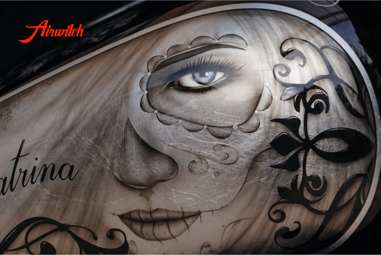 Harley Davidson softail Tank mit Custom Paint Airbrush von La Catrina auf Bllattsilber von Airwitch
