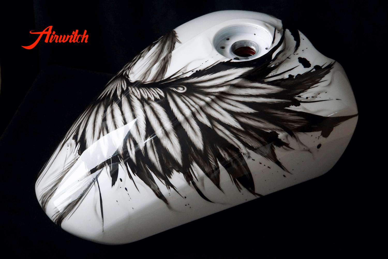 Indian Scout Custom Paint Tank in weiß und schwarz mit dem Flügel eines Phönix in Airbrush