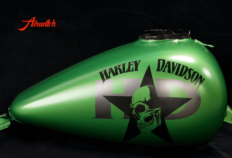 Custom Paint Harley Davidson Tank in AMG Grün mit Totenkopf, Stern und Logoschriftzug
