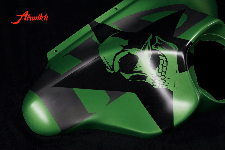 Harley Davidson Touring Custom Paint in AMG Grün mit Totenkopf, Stern und Logoschriftzug