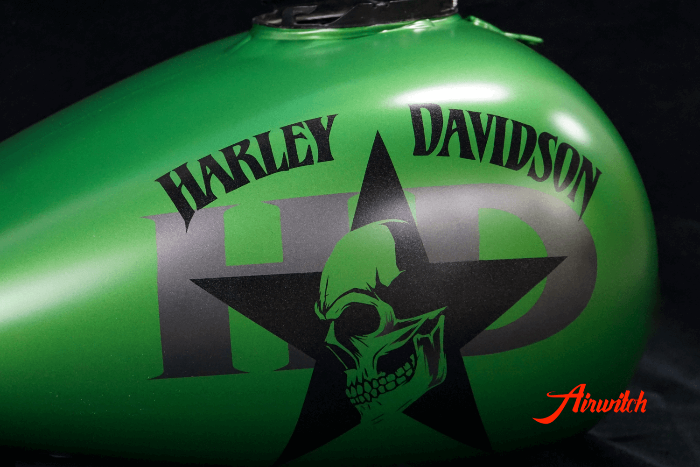 Harley Davidson Touring Custom Paint Tank in AMG Grün mit Totenkopf, Stern und Logoschriftzug