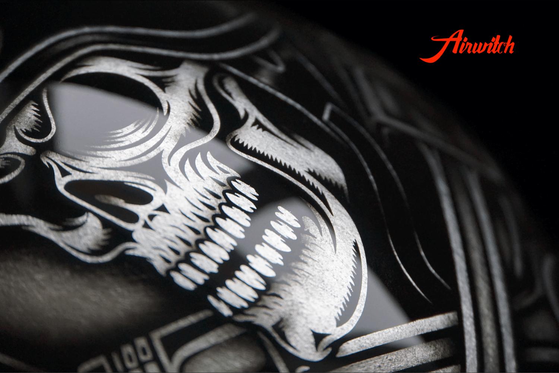 Custom Paint Helm Oldschool Airbrush Totenkopf in schwarz mit Startnummer auf Blattsilber von Airwitch
