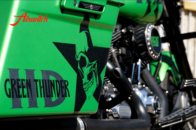 Harley Davidson Touring Koffer Custom Paint in AMG Grün mit Totenkopf, Stern und Logoschriftzug