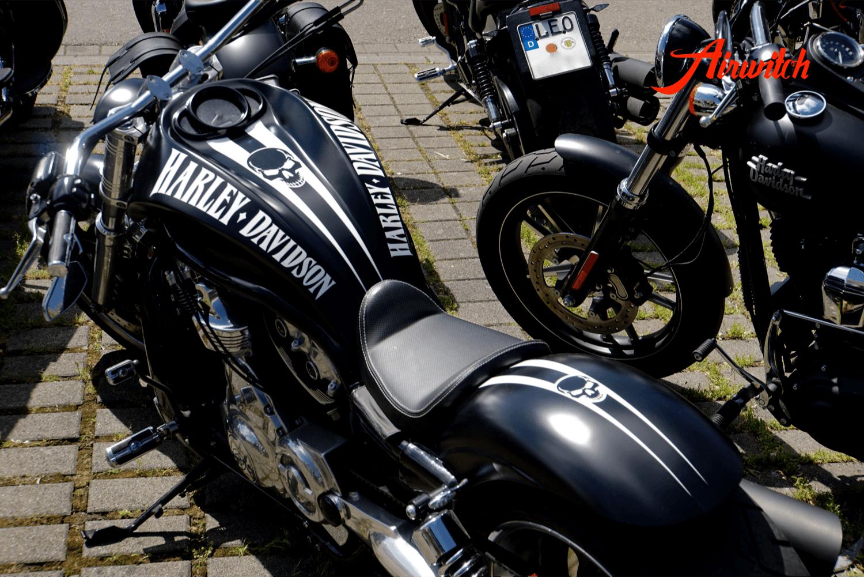 Custom Paint Lackierung Harley Davidson V-Rod Tank in schwarz-weiß mit Totenkopf und mattem Klarlack