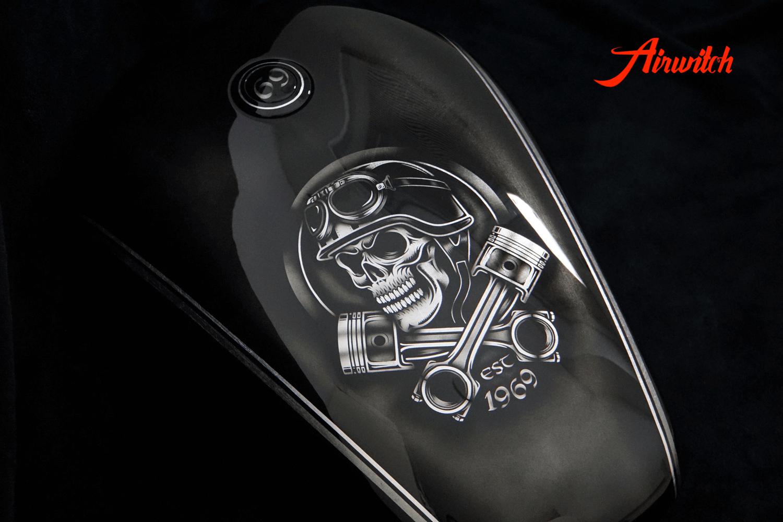 Harley Davidson Tank Custom Paint auf Blattsilber mit schwarz Schrift und Zahl