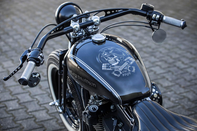 Custom Paint Harley Davidson softail Oldschool Blattsilber mit schwarzem Totenkopf und Zahl