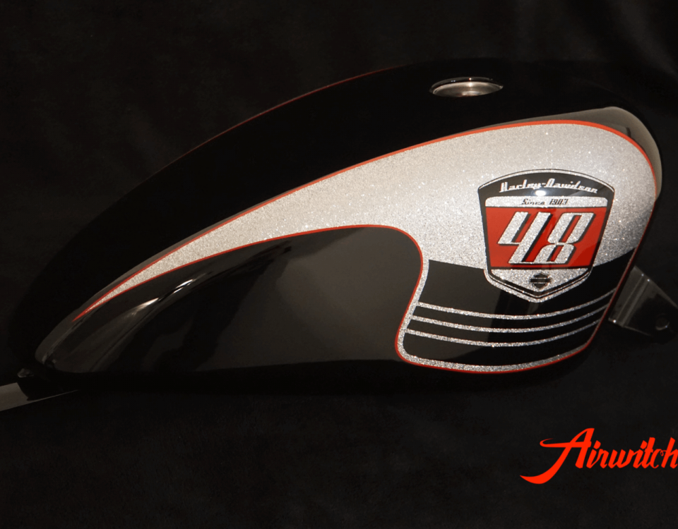 Custom Paint Harley Davidson Forty Eight Retro Racing Lackierung Metalflakes in schwarz, silber, rot mit Scalop