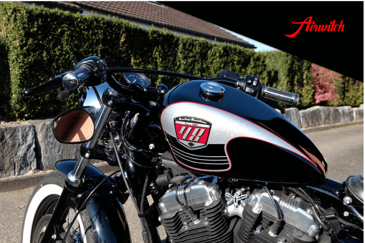 Custom Paint Tank Harley Davidson Forty Eight Retro Racing Lackierung Metalflakes in schwarz, silber, rot mit Scalop