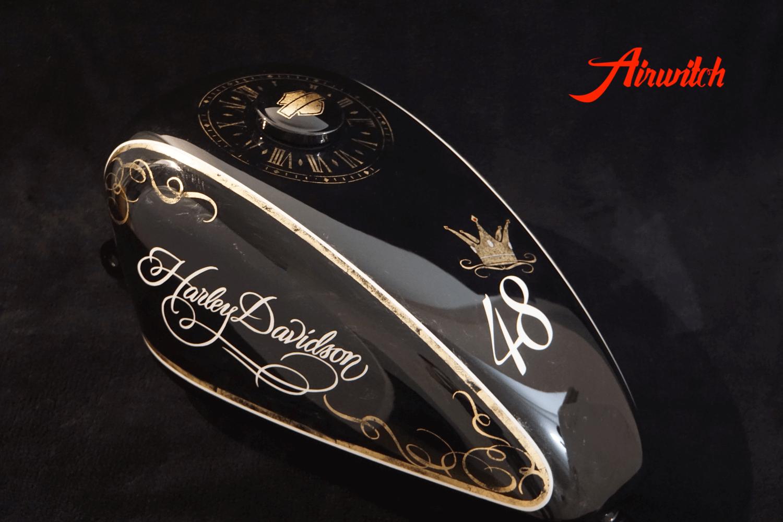 Custom Paint Tank Lady Harley Davidson Sportster 48 Lackierung in schwarz und weiß mit Blattgold, Krone und Uhr