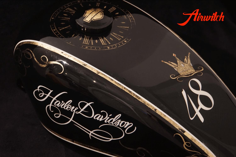 Custom Paint Tank Harley Davidson Sportster 48 Lady Lackierung in schwarz und weiß mit Blattgold, Krone und Uhr