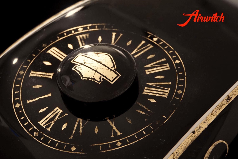 Custom Paint Tank Lady Harley Davidson Sportster 48 Lady Lackierung in schwarz und weiß mit Blattgold, Krone und Uhr