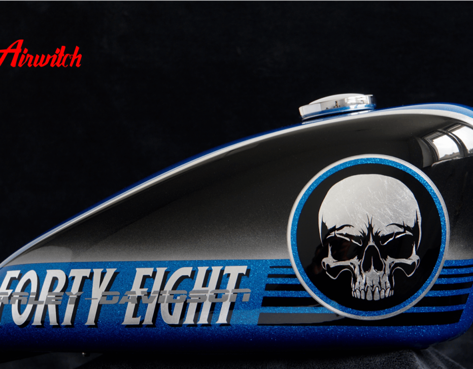 Blue Metalflake Custom Paint Harley Davidson Sportster 48 Tank mit Airbrush Skull & Forty Eight in Blattsilber
