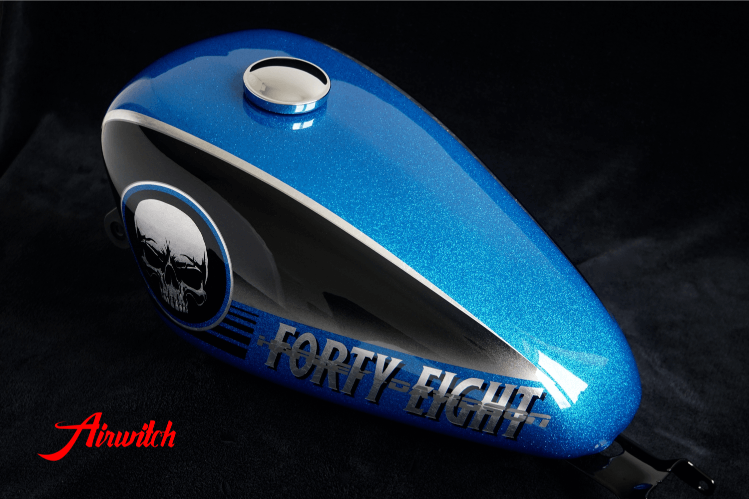 Blue Metalflake Custom Paint Harley Davidson Sportster 48 Tank mit Airbrush Skull & Forty Eight in Blattsilber