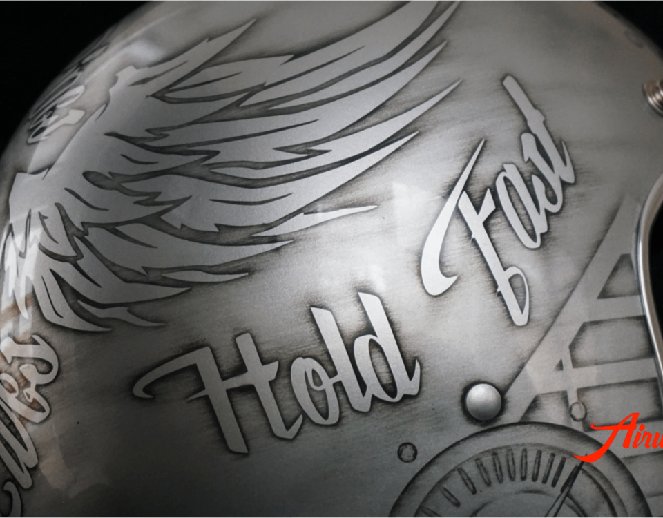 Custom Painting Helm mit Skulls, Wings und Used Look in silber-anthrazit