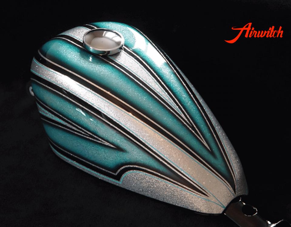 Custom Paint Tank einer Harley Davidson Sportster 48 mit silbernen Metalflakes und Türkis