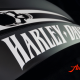 Custom Paint Harley Davidson V-Rod Tank in schwarz-weiß mit Totenkopf und mattem Klarlack