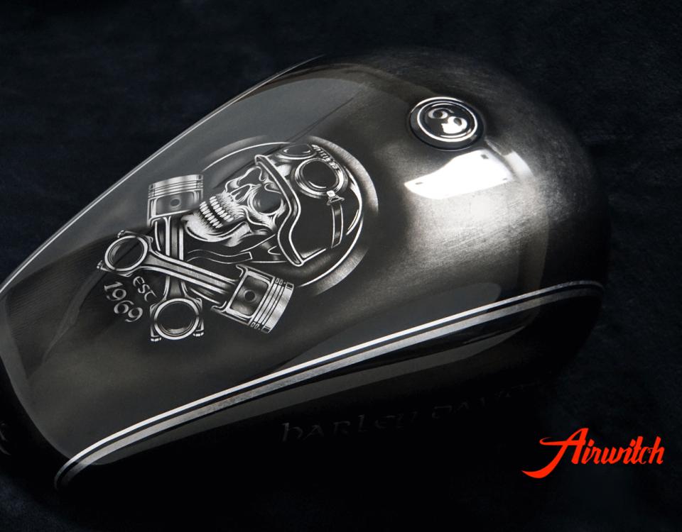 Harley Davidson Tank Custom Paint auf Blattsilber mit schwarzem Totenkopf und Zahl