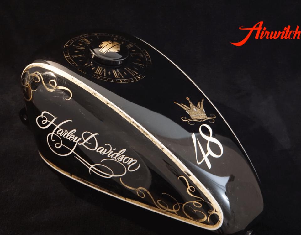 Custom Paint Harley Davidson Sportster 48 Lady Lackierung in schwarz und weiß mit Blattgold, Krone und Uhr