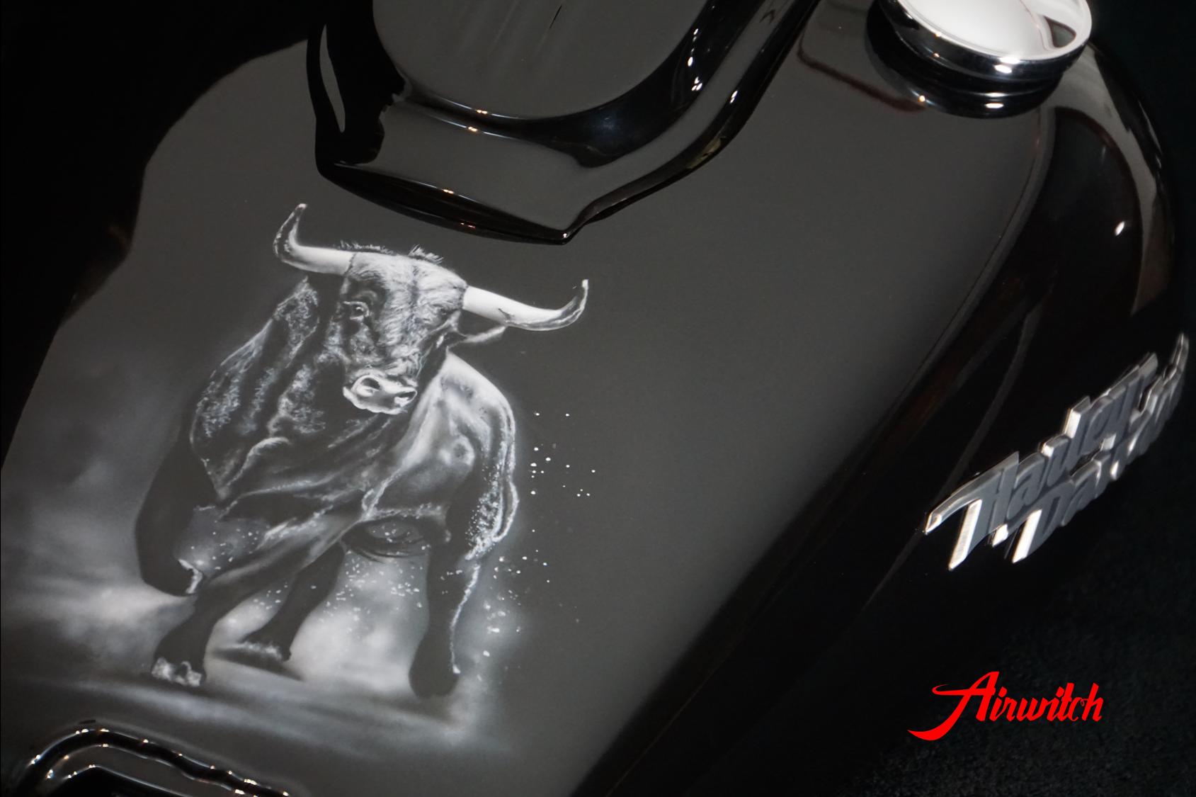 Airbrush Stier Bull Harley Davidson Dyna Street Bob Custom Paint Lackierung