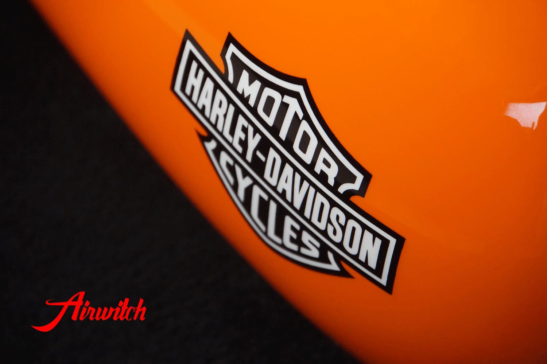 Custom Paint Harley Daivdson Softail Lackierung Oldschool Racing Orange Zielflagge Airbrush mit Schriftzug